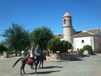 A caballo por el pueblo de Arisgotas