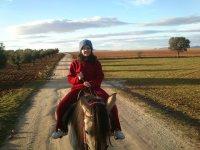 Montada en el caballo en camino toledano