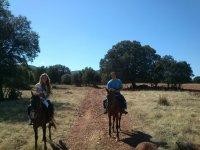 Pareja a caballo en Arisgotas
