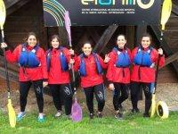 Chicas listas para hacer kayak