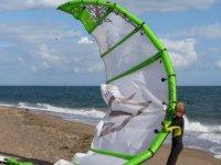 nino con vela de kitesurf