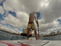 realizando el paddle surf