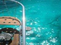 梅诺卡岛的水域清澈的海水