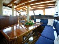 Interno della barca con luce naturale
