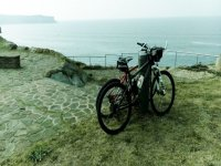 Bicis mirando al mar en La Tablia