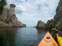 Kayaks navegando en la Costa Brava