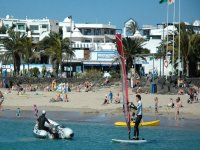 Practicando windsurf en la playa