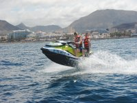 Chicos compartiendo jet ski en Tenerife