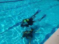 Buceando en la piscina