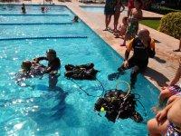 跳水在游泳池跳水池帆船在海上