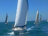 在水中航行帆船