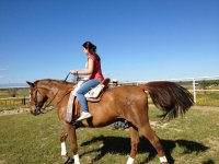 Chica montando a caballo en Calera