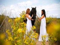Chicas acariciando caballo