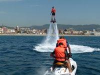 Volando delante de la moto de agua