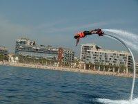 Vuelo de flyboard frente a la playa