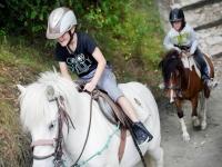 En el pony protegido con casco