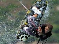 在Tavernes尝试风筝冲浪