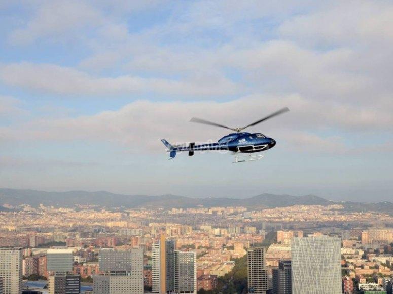 Sobrevolando la Ciudad Condal en helicóptero