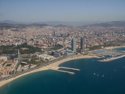 在巴塞罗那海岸的直升机之旅