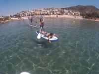 Ninos con paddle surf