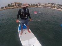 在桨板上航行