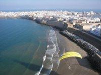 加的斯动力伞飞越城市