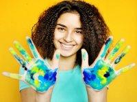 Mostrando las manos con pintura