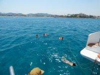 Nadando durante el tour en catamaran