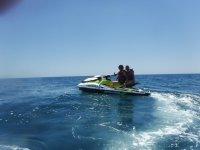 Chico y chica en jet ski en la costa almeriense