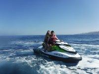 Jovenes en moto de agua Seadoo
