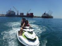 Motos nauticas delante de los barcos