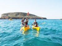 En kayaks alrededor de Ibiza