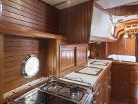 Cocina interior del barco