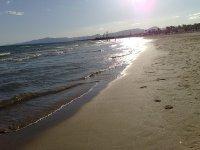 Pasear junto a la orilla del mar