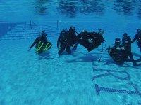 Instrucciones de submarinismo en piscina