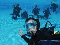 学习在游泳池潜水