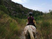 穿越山脉的骑马