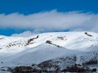 在山顶上升雪鞋