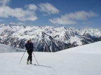 滑雪者中滑雪
