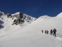 使用滑雪板在雪地上行走
