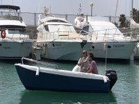 Dos tripulantes en barco sin titulo