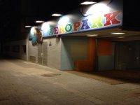Entrada a Aeropark de noche
