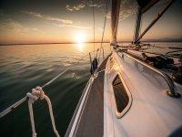 Barco en el Mediterraneo al atardecer