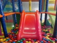 Tobogan en la piscina de bolas