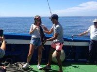 Quitando el anzuelo al ejemplar pescado
