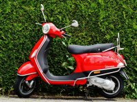 Vespa de color rojo