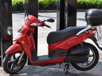 rentabit标志摩托停放在城市