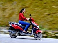 女子骑自行车滑板车蓝色