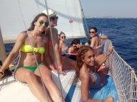 Chicas en la cubierta del barco