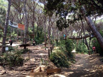 进入El Maresme树栖公园和儿童餐